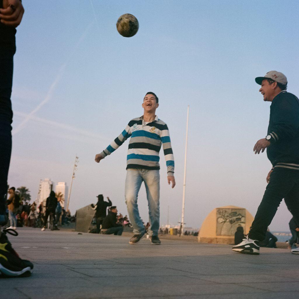 Fußball am Strand in Barcelona