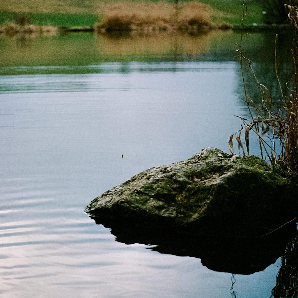 Stein im See